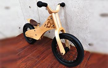 木製キッズバイクの写真